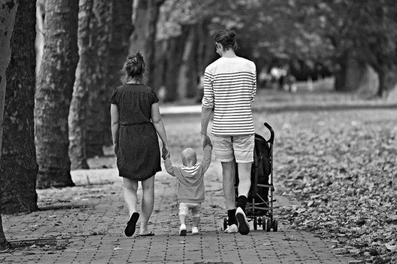 TOEIC Part1|3人家族が歩道を歩いている写真