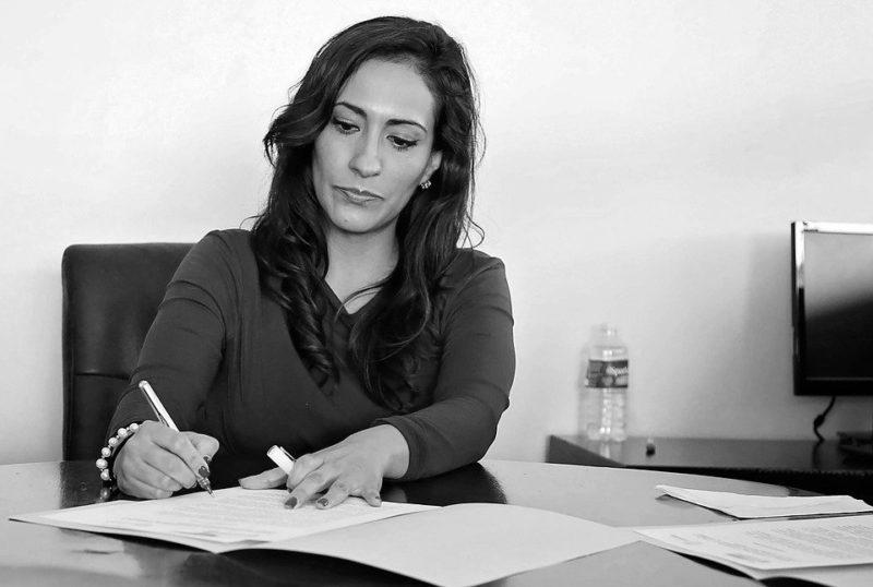 TOEIC Part1|女性が何か書いている写真