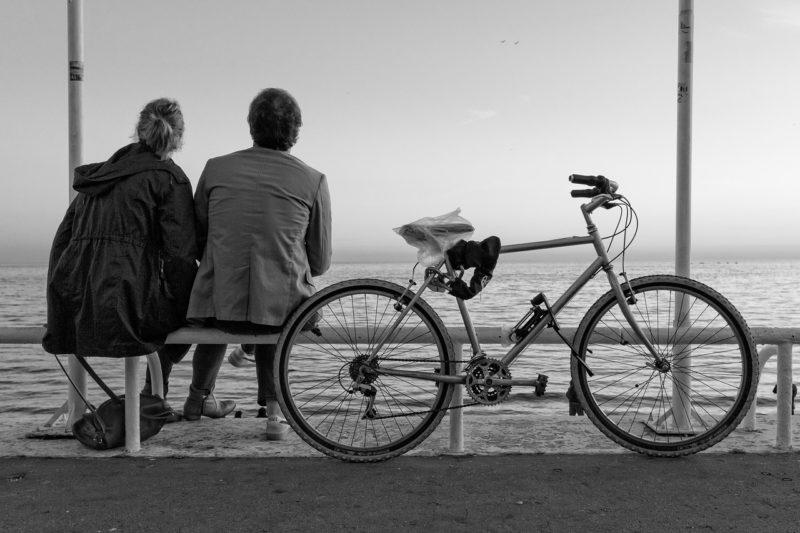 TOEIC リスニング 勉強法|Part1の例題写真(海を眺める2人)