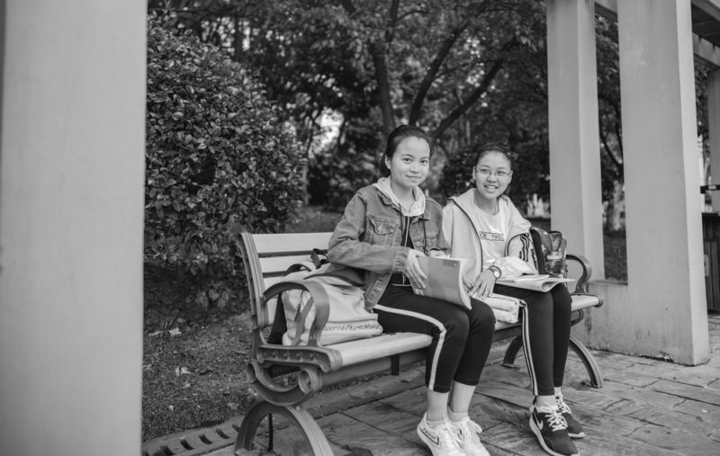 TOEIC Part1|2人がベンチに座っている写真